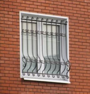 Железные оконные решетки