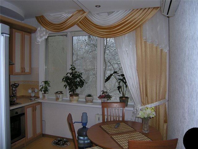 Правильно размещаем шторы для кухни