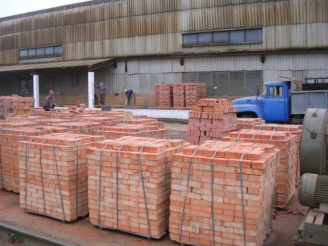 Завод по производству кирпича - склад материалов