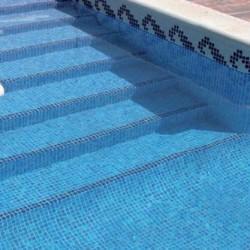 Ступеньки-бассейна-обложенные-мозаикой